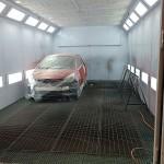 pripravene vozidlo v lakovaci kabine pred lakovanim
